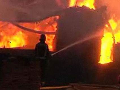 Incendio en un parqueadero al sur de Cali deja 16 vehículos quemados.