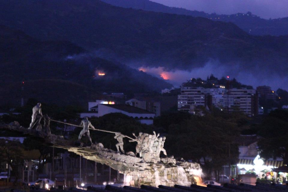 ¡Cali rodeada de fuego! Se complica incendio en Siloé