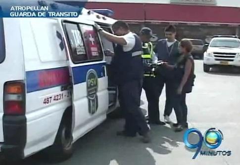 Conductor de transporte ilegal atropelló a guardas de tránsito