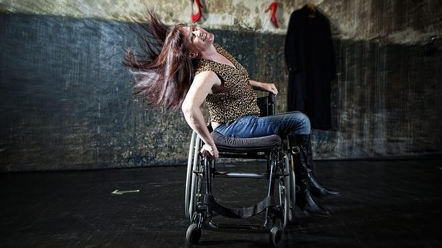 Modelos en silla de ruedas en la pasarela. ¡Ejemplo de superación!