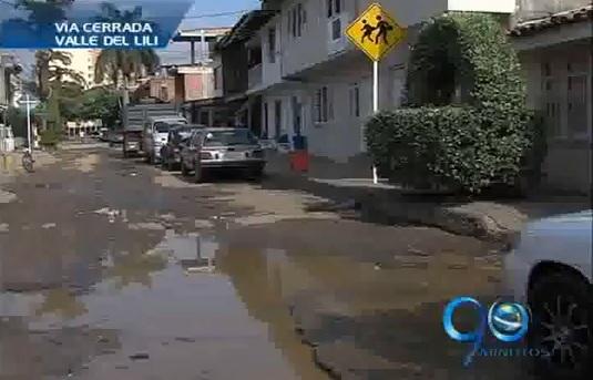 Vecinos del Valle del Lili taponan calle en protesta por deterioro