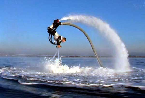 Con el dispositivo Flyboard, puede ser delfín y pájaro a la vez