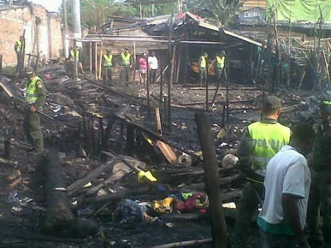 Por celos, hombre incendió su casa y 20 viviendas más