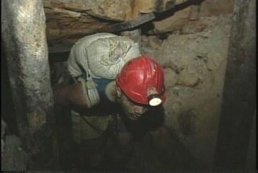 Rescatan con vida a 14 labriegos que permanecían atrapados en mina de oro