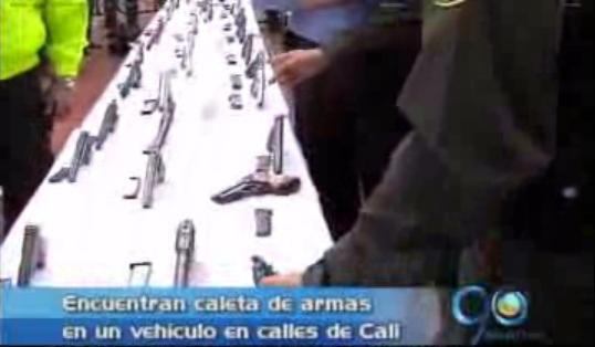 Policía decomisa caleta con armas dentro de un carro en Cali