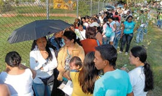 Largas filas por un cupo para el programa 'Familias en Acción'