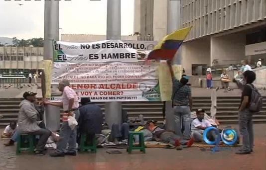 8 días en huelga de hambre completan transportadores encadenados
