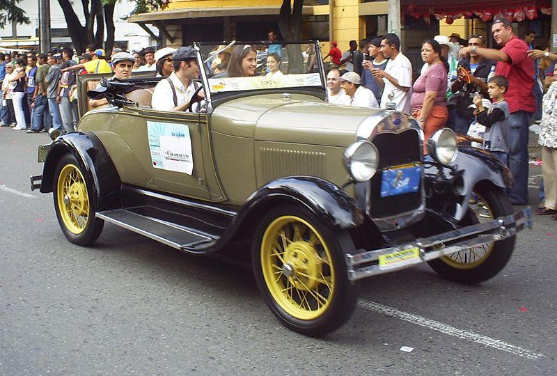 La feria mostró una caravana de autos clásicos y antiguos