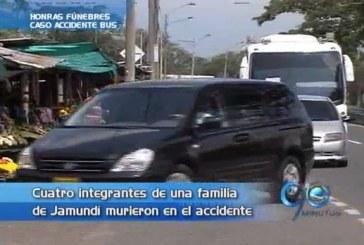 Honras fúnebres de familia accidentada en el bus
