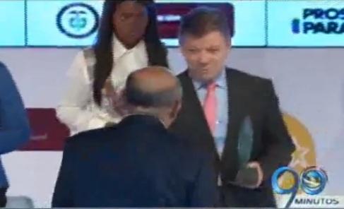 Presidente Santos entregó acreditación de alta calidad a la UAO