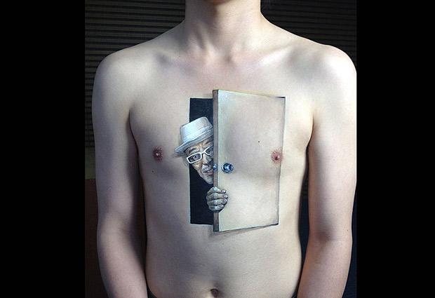 Una japonesa pinta en tercera dimensión sobre la piel
