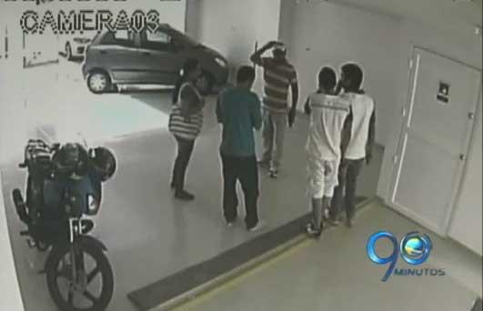 En video quedó captado el robo de unos apartamenteros