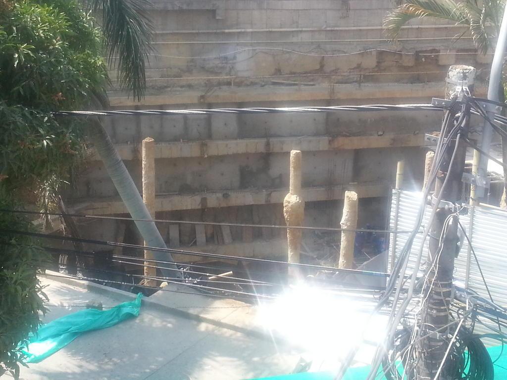 Derrumbe de edificación mantiene vías cerradas