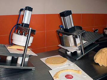 Colombianos crean máquina para producir 600 empanadas