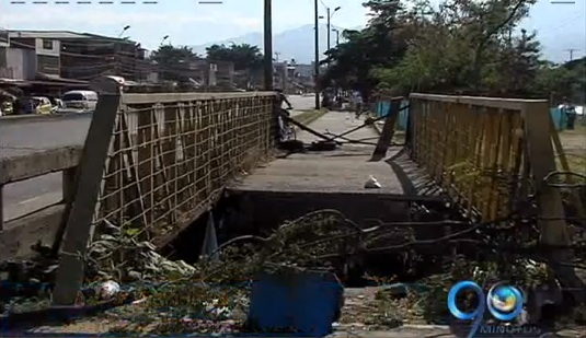 Puente de cicloruta deteriorado pone en riesgo a sus usuarios