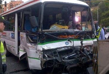 Accidente de bus que quedó sin frenos, dejó 19 heridos