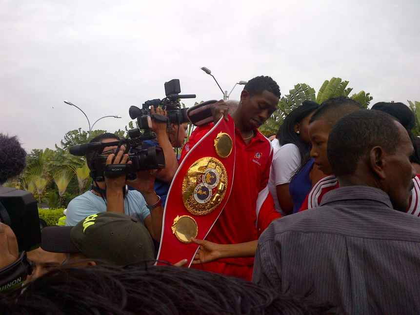 'El Rey Momo' llegó con su título mundial de boxeo este jueves a Cali
