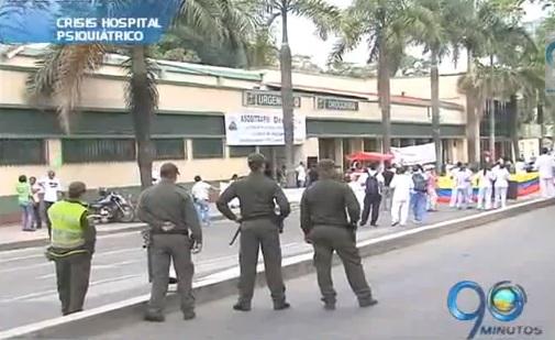 Protesta de trabajadores del Hospital Psiquiátrico bloquean la calle quinta