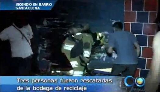 Incendio en bodega de reciclaje en el barrio Santa Elena
