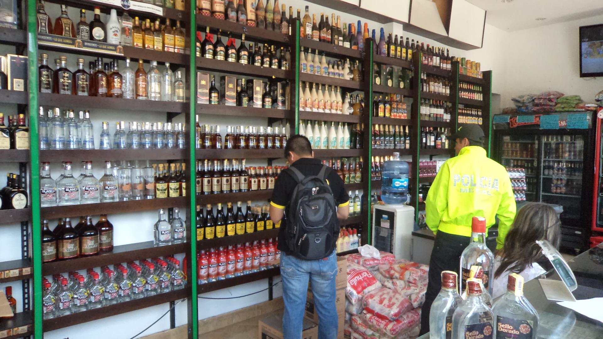 Incautan licor de contrabando con estampillas falsas