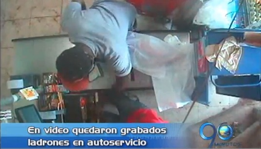 En video quedó registrado robo a mini mercado en Cali