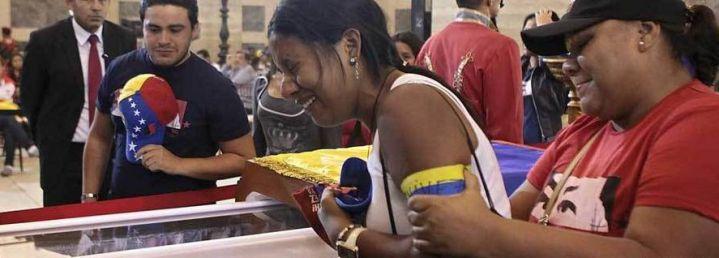 En capilla ardiente abren féretro del presidente Hugo Chávez