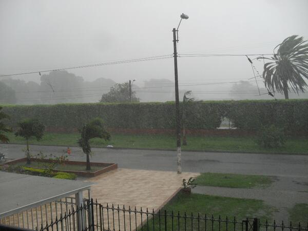 Caleños reportaron vía twitter daños de violento aguacero