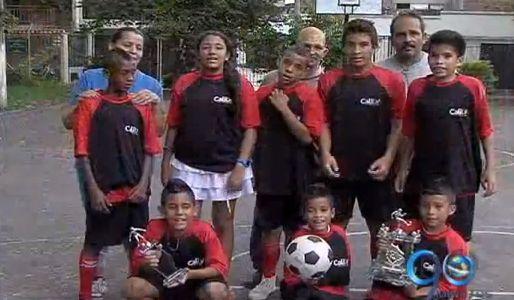 Niños de la Escuela Oriente reciclan para mejorar su cancha de fútbol