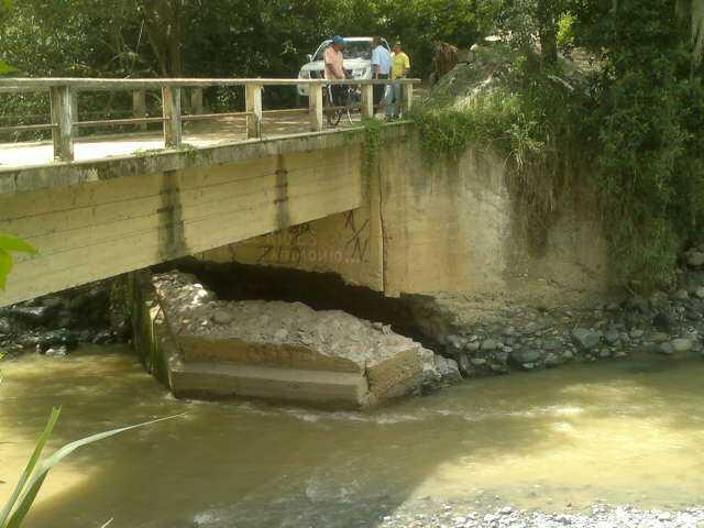 Paso restringido en el puente de la zona rural de Buga