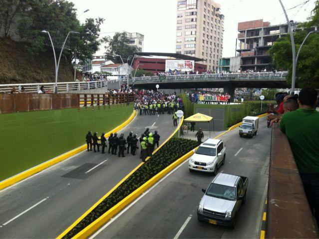Estudiantes del Sena protestan en la inauguración de la Av. Colombia