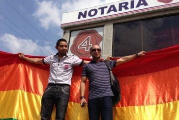 Homosexuales protestan frente a Notarías