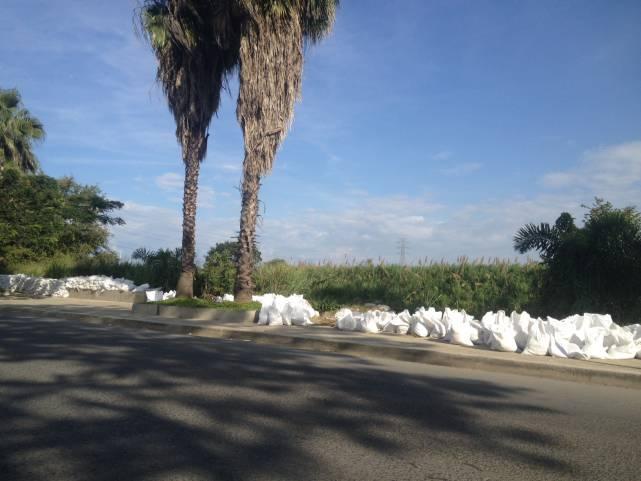 Renuevan sacos de arena en el malecón de Juanchito