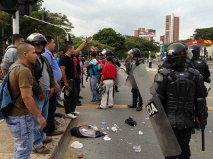 """Disturbios de los  """"motorratones"""" bloquean la calle 5a."""
