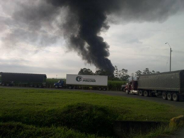 Bomberos extinguieron grave incendio en fábrica de plásticos de Puerto Tejada