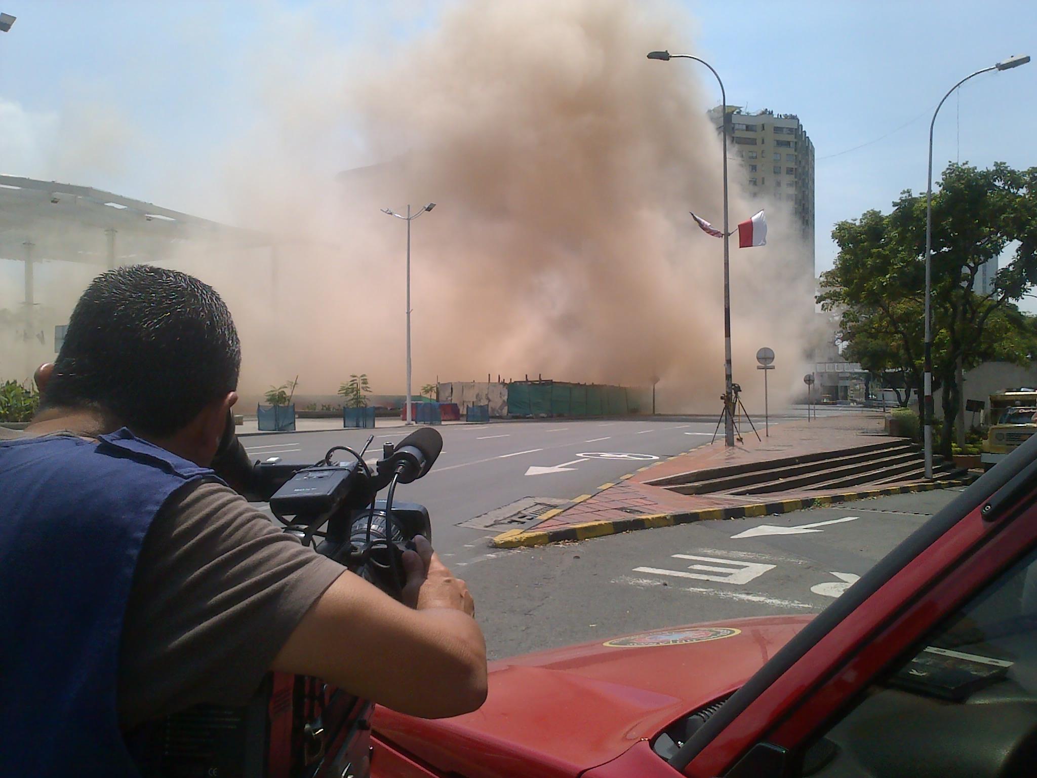 Nube de polvo dejó implosión del edificio Bolívar