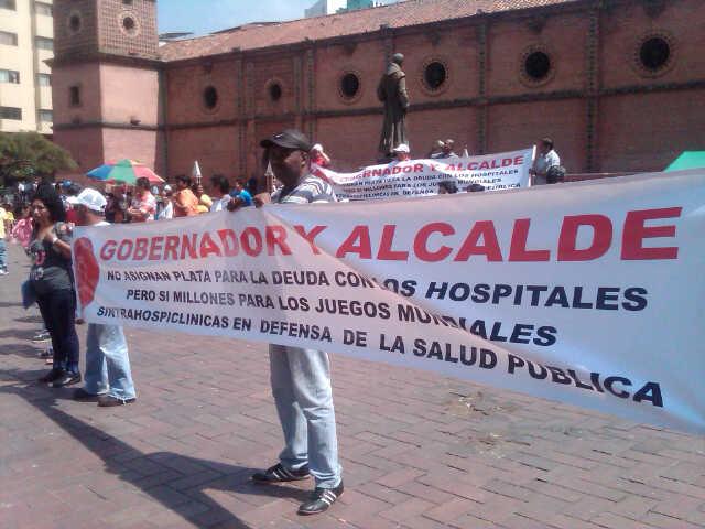 Empleados del HUV realizan manifestación