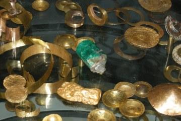 Descubren mausoleo con momias y piezas de oro en Peru