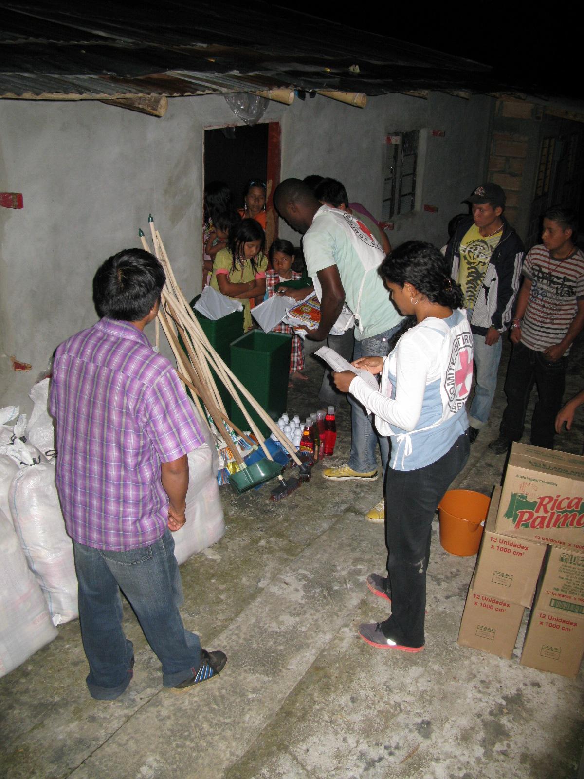 Cruz Roja entrega ayudas a desplazados del conflicto armado