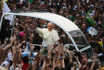 Multitudinaria despedida al Papa Francisco a su salida de Brasil