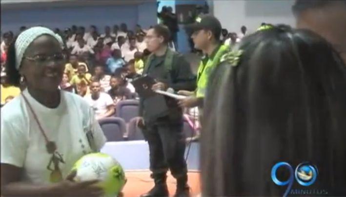 Campaña en Buenaventura busca cambiar armas por balones y uniformes de fútbol