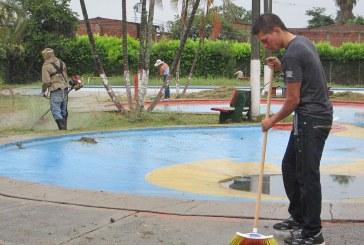 Comunidad de Petecuy I limpió su polideportivo