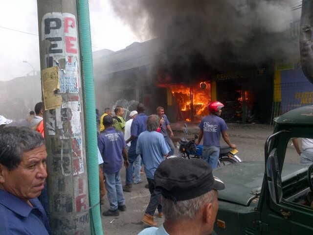 Un muerto y cuatro heridos deja incendio en una ferretería del barrio Sucre