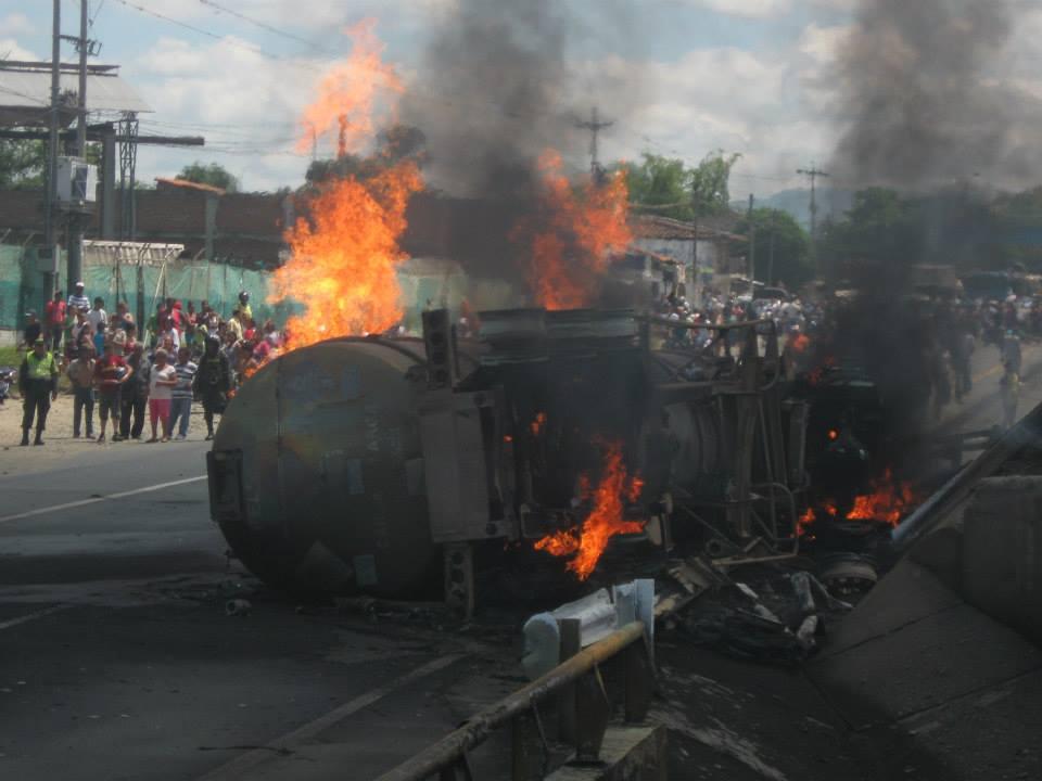 Explosión de un camión cisterna en el centro del Valle