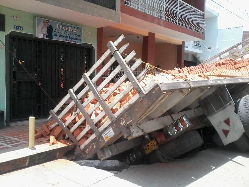 Se hundió camión cargado de ladrillos en Yumbo