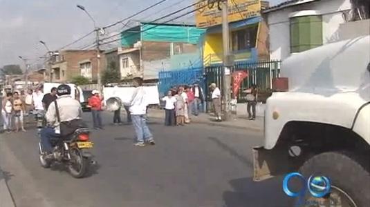 Vecinos de barrio de Cali protestan contra ICBF