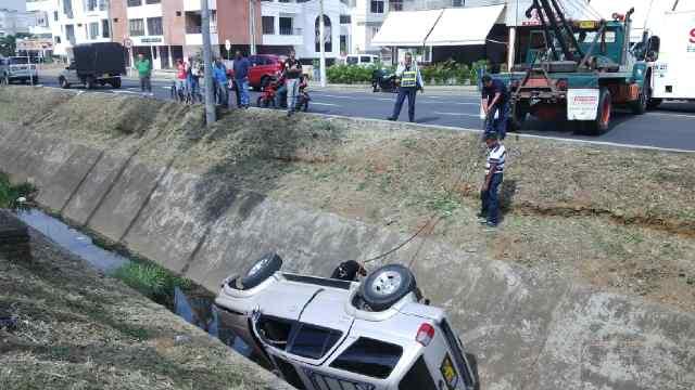 Camioneta cayó a un canal de aguas lluvias en el barrio El Ingenio
