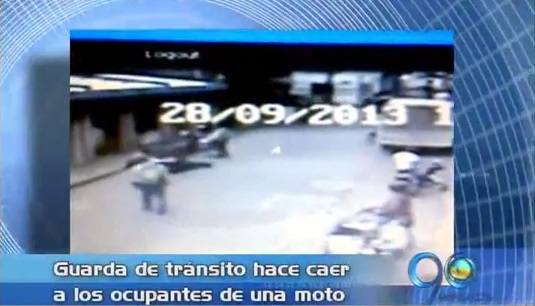 Guarda de tránsito en Buga causó un accidente a una motociclista