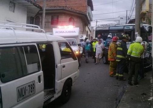 Conductor ebrio se estrelló contra un bus escolar