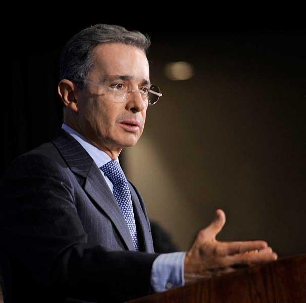 Santos reforzará la seguridad de Uribe por amenaza de las Farc