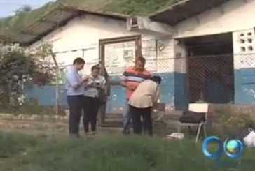 Padres de familia cierran escuela en el barrio Belén